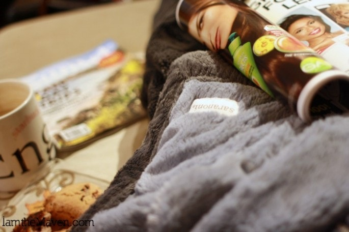 Snuggling with my Saranoni blanket and catching up on PEOPLE Stylewatch #MeTimeMags #weavemedia #sponsored